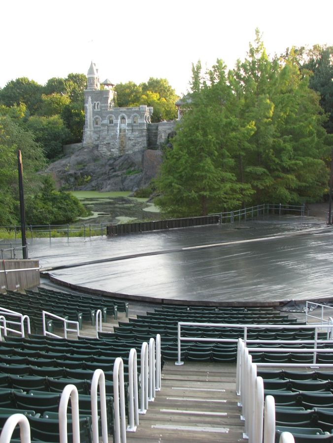 1024px-Delacorte_Theater_stage_viewed_from_aisle_M-N